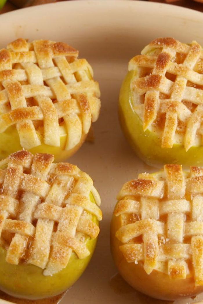 ricas propuestas de postres con hojaldre originales, manzanas con una rejilla de hojaldre, ideas de postres con manzana