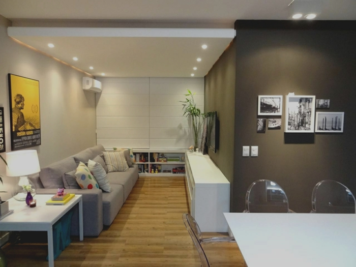 decorar salon pequeño cuadrado con paredes oscuras combinadas con paredes blancas