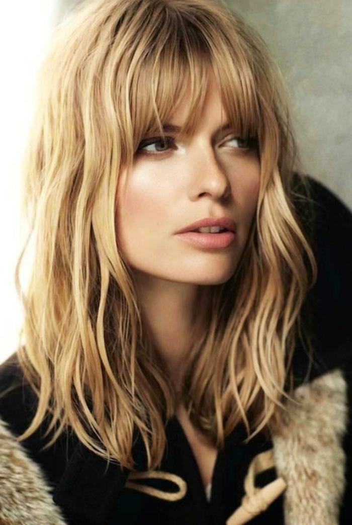 cabello rubio oscuro rizado con flequillo moderno, corte pelo media melena últimas tendencias