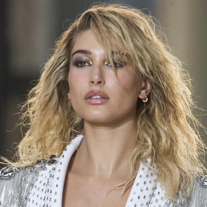 melena rizada con efecto mojado y flequillo lateral, tendencias 2018 cabello de la longitud media