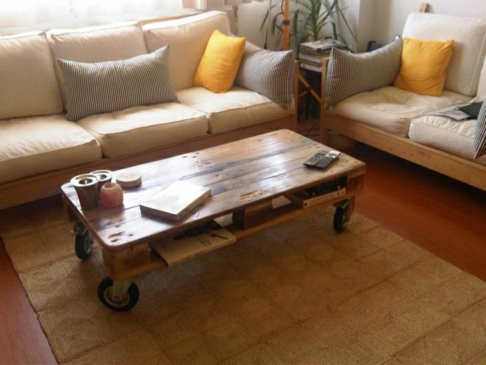 mesa de paletas con ruedas, con una superficie muy bien lijada, pasada con laca, ideal para el salón