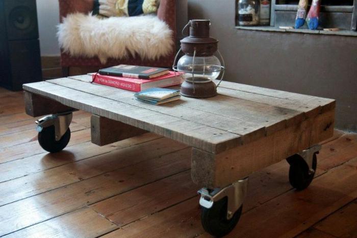 pequeña mesa de madera, mesa de palets con ruedas grandes para el salón, lámpara vieja encima