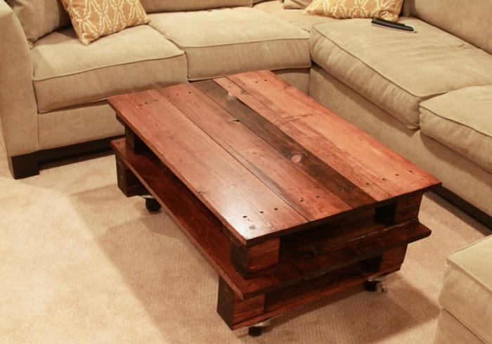 mesa para el salón hecha de palets con ruedas de nos niveles a la altura del sofá en color beige