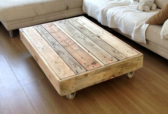 otra idea más de un palet para mesa natural, lijado, pero sin ser pintado y con ruedas para el salón