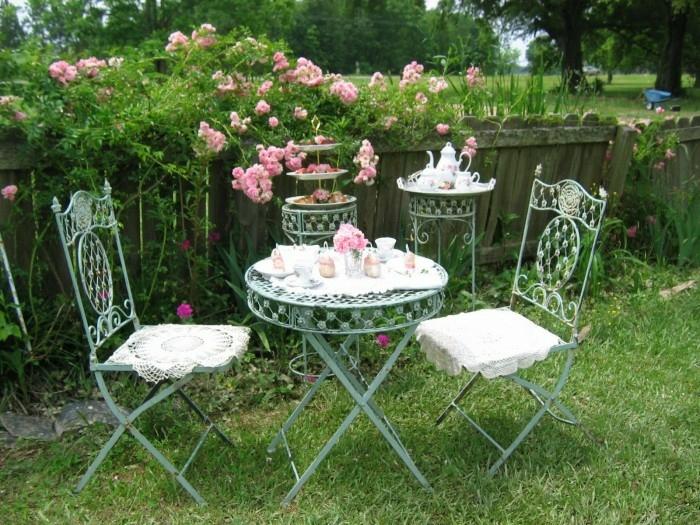 decoracion de jardines rústicos, decoración vintage del jardín con mesa y sillas de hierro con manteles de encaje