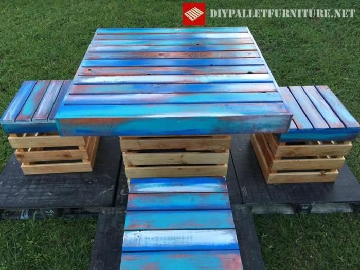 mesas con palets, mesa pintada de azul con toques blancos, cuadrada con cuatro sillas cuadradas