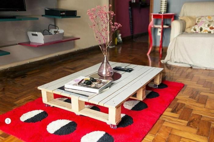 mesa de un palet con ruedas, lijado y sin pintar con jarrón de flores encima, mesas de palets