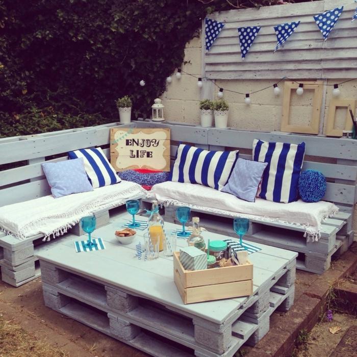 mesas de palets, mesa de dos niveles hecha para el jardín con vasos de vino encima en azul