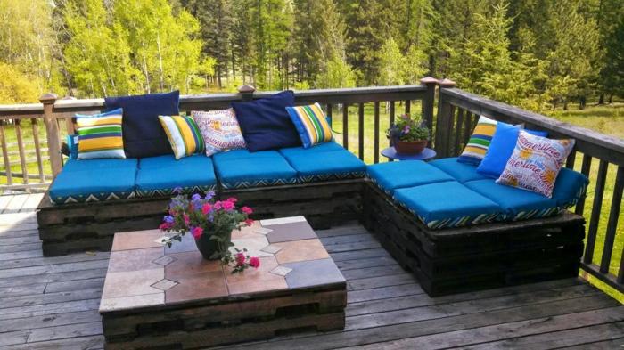 mesas con palets, con azulejos en tonos de colores marrones con maceta de flores encima, ideales para jardín