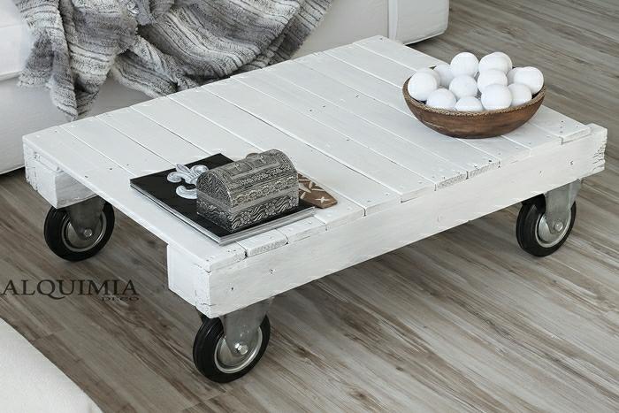 pequeña mesa blanca de ruedas en el salón, con cofre para joyas encima. mesas de palets