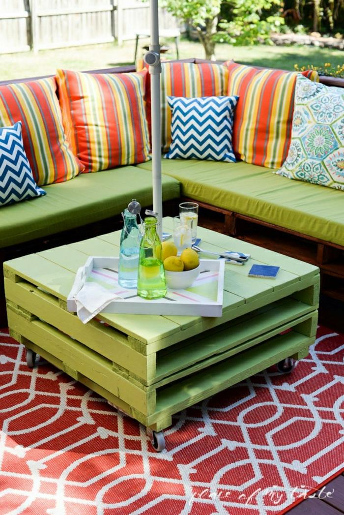 mesas de palets, mesa pintada en verde con espacio para revistar, ideal para el jardín con sitio para sombrilla