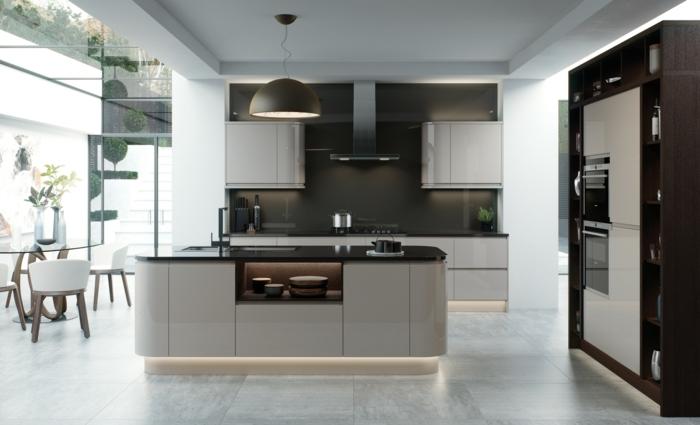 cocina moderna en colores tierra con ventanas grandes que llevan a la terraza, cocinas integradas en el salon fotos