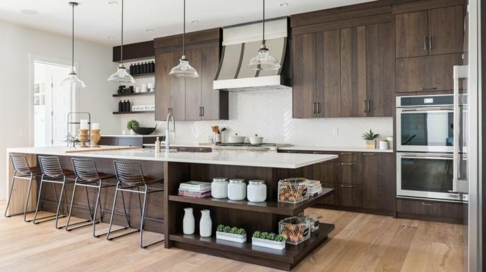 cocina pequeña decorada en marron y blanco con estanterías debajo de la encimera muy útiles