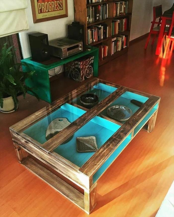 muebles hechos con palets, mesa pintada por dentro de color azul, con patas de madera y con souvenirs