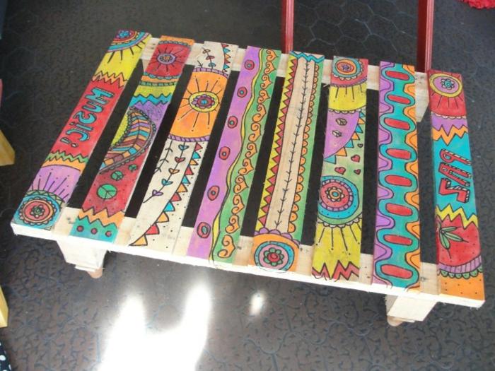 muebles hechos con palets, mesa multicolor con motivos hippie, hecha con ruedas