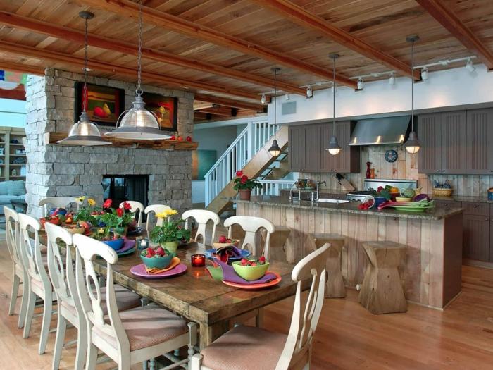 cocina de estilo americano de texas con sillas y mesa de madera con detalles de madera en el techo