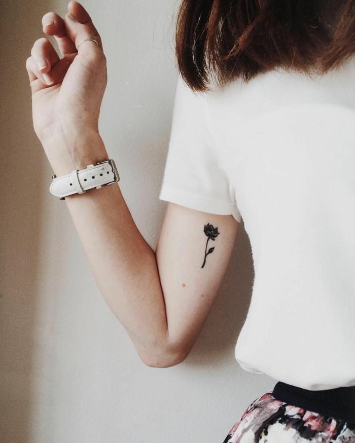 tatuajes en el brazo pequeños para mujeres, tatuajes femeninos con diseños florales ideas