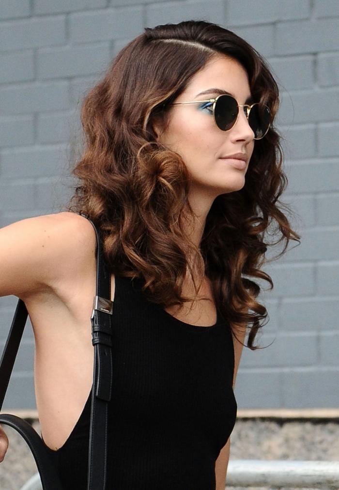 cortes de pelo media melena cara redonda, cabellera rizada peinada de lado, tendencias media melena