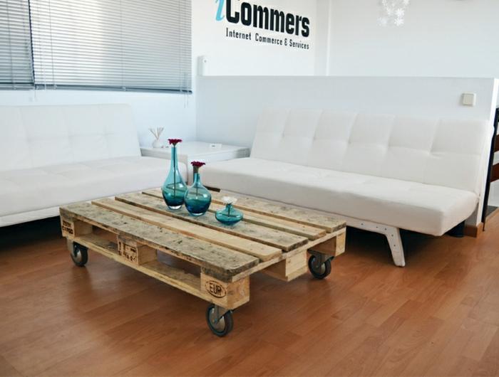 mesa de madera de palet sin pintar, lijada y con ruedas, jarrones para flores encima en color azul