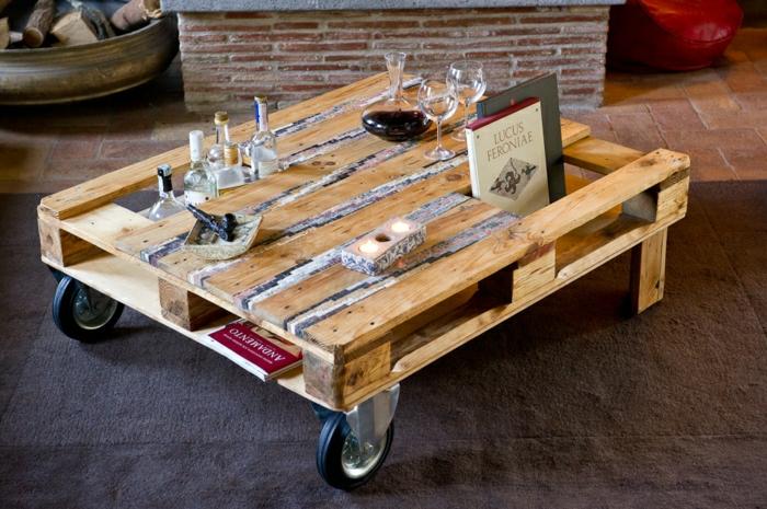 palets reciclados, mesa con ruedas grandes con sitio pra botellas y para libros, ideal para ser práctica