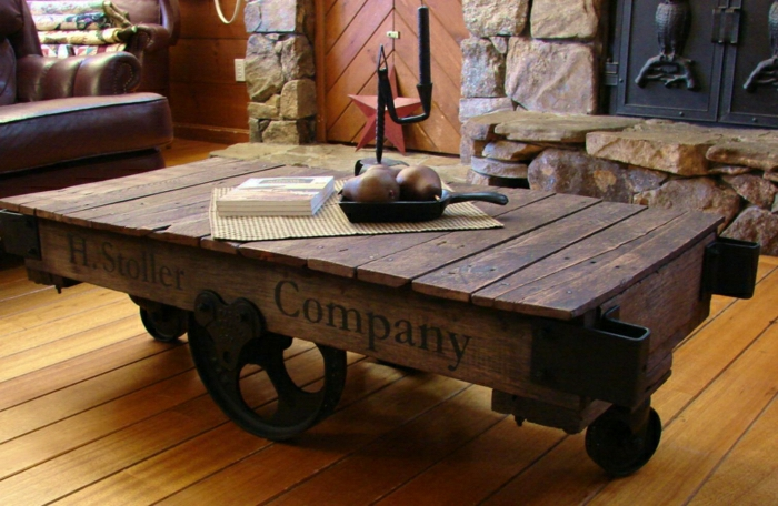 palets reciclados, mesa de palet de color marrón oscuro con ruedas grandes de estilo vintage