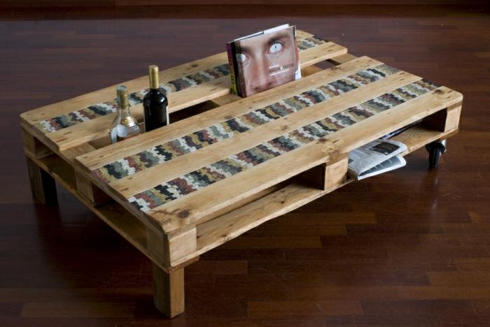 mesa de palet con patas de madera y con sitio para poner botellas y libros, palets reciclados