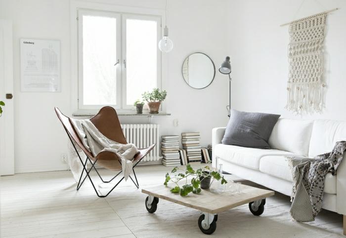 una idea simple de mesa de una parte del palet con ruedas grandes negras, sofa blanco con cojínes