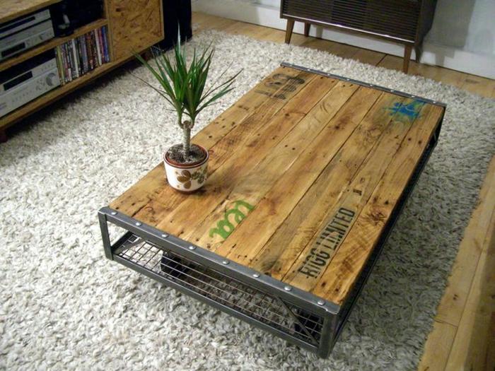 palets reciclados, mesa de palet con scructura metálica y con ruedas en ella, ideal para el salón