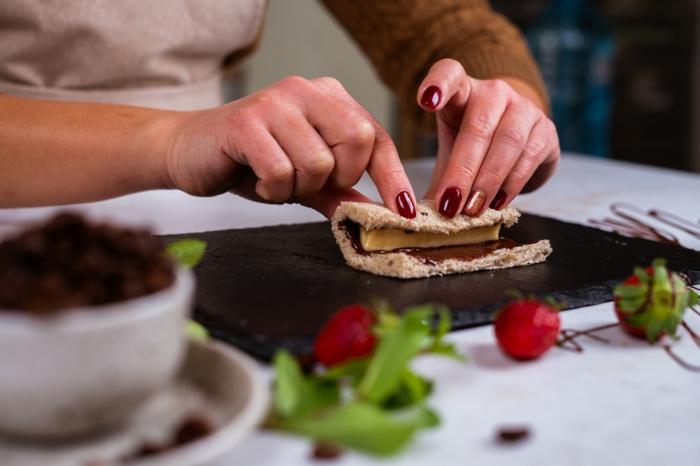 rollitos de platano y crema de chocolate con pan integral, postres faciles y rapidos en imagenes, bonitas ideas de desayunos