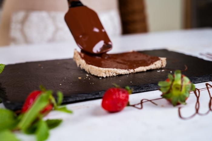 tostada de pan integral untada con crema de chocolate, las mejores ideas de postres faciles y rapidos en imágenes