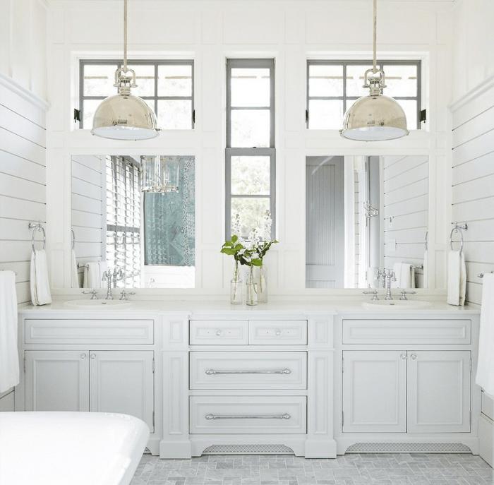 decoracion cuartos de baño elegante en blanco, espacio decorado en blanco con azulejos en blanco y gris