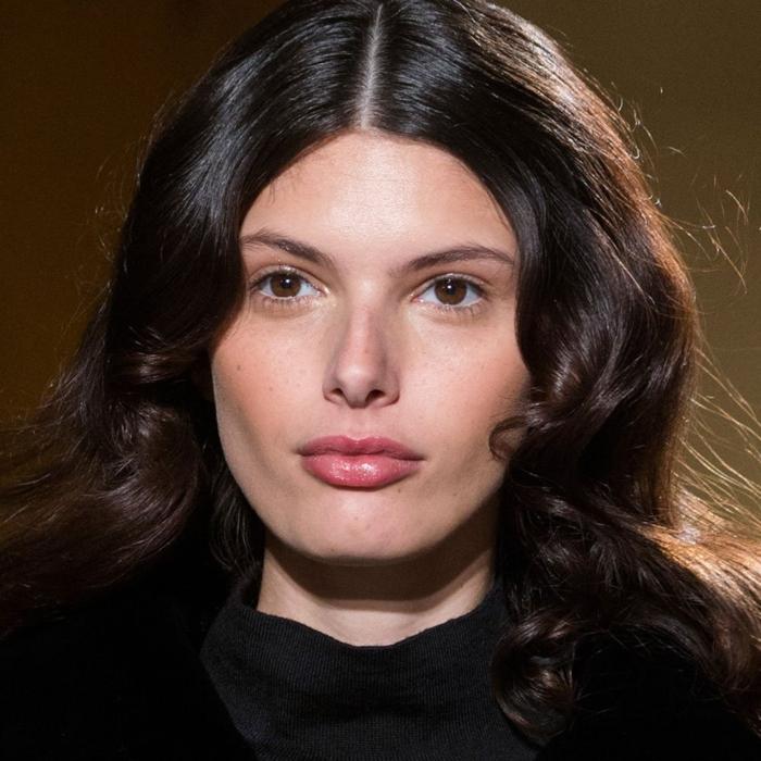 ideas de cortes de pelo media melena cara redonda, cabello grueso color castaño oscuro ondulado