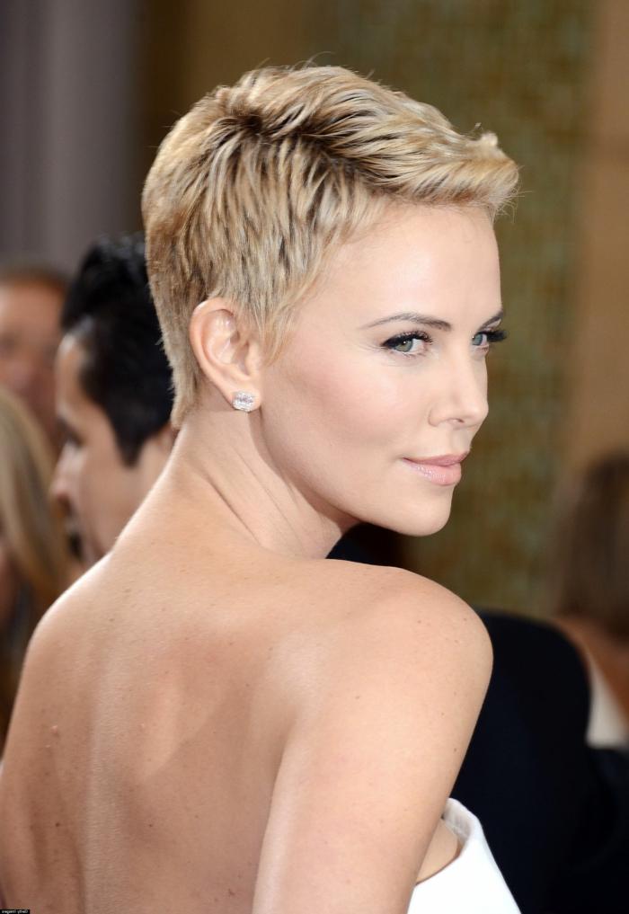 peinado pelo corto mujer, modelo con peinado el pixie con vestido blanco de bustier y pendientes de piedra brillante
