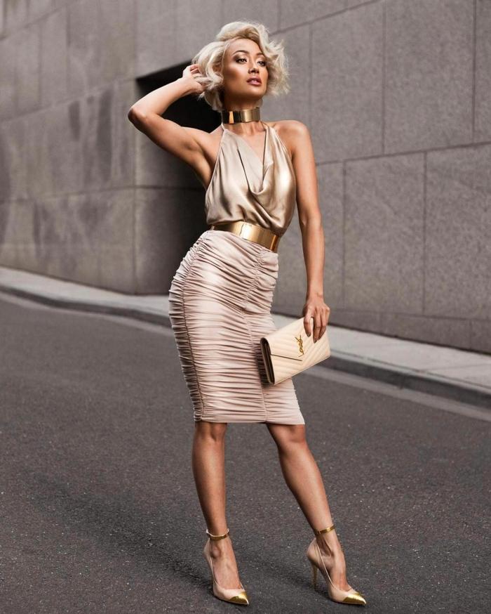 peinado pelo corto mujer con vestido en color dorado con cinturon y collar en tonos metalicos y con pelo en color perla