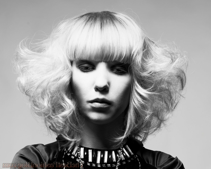 peinado pelo corto mujer, corte geometrico rizado y con flequillo recto y liso