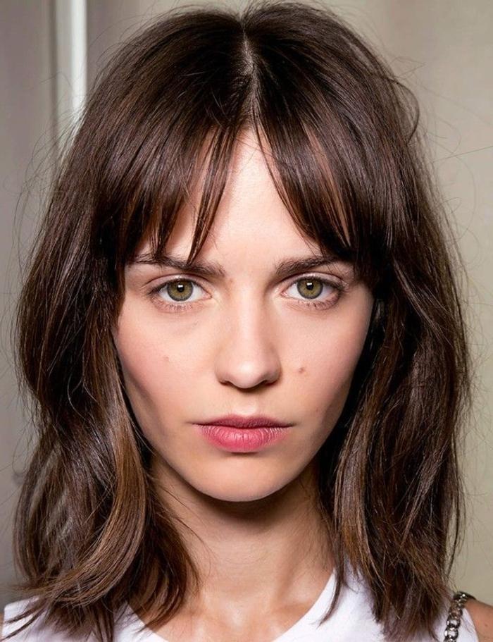 ejemplos de cortes de pelo media melena capas. cabello castaño con mechas balayage y flequillo separado