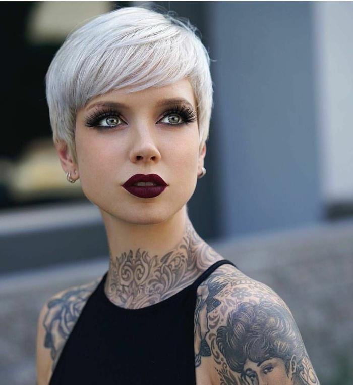 pelados modernos chica, modelo con peindo en color perla, de estilo pixie con flequillo hacia un lado y labial rojo muy oscuro