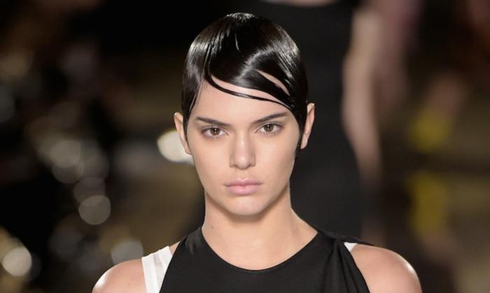 pelo corto ondulado mujer, Kendall Jenner con el pelo con corte de chico con gel peinado y con vestido sin hombros de tirantes gruesos