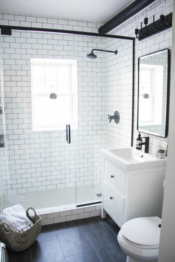 aseos pequeños en estilo moderno, baños blanco y negro tendencias 2018, detalles decorativos de mimbre