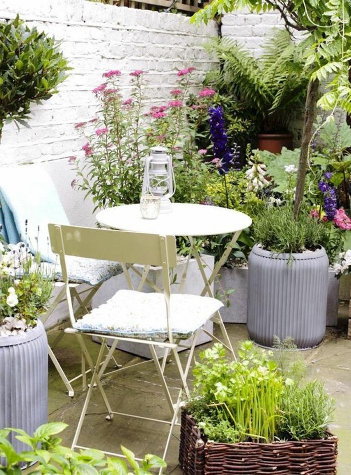 ideas de decoracion de jardines pequeños de maravilla, espacio pequeño decorado con muchas vegetación