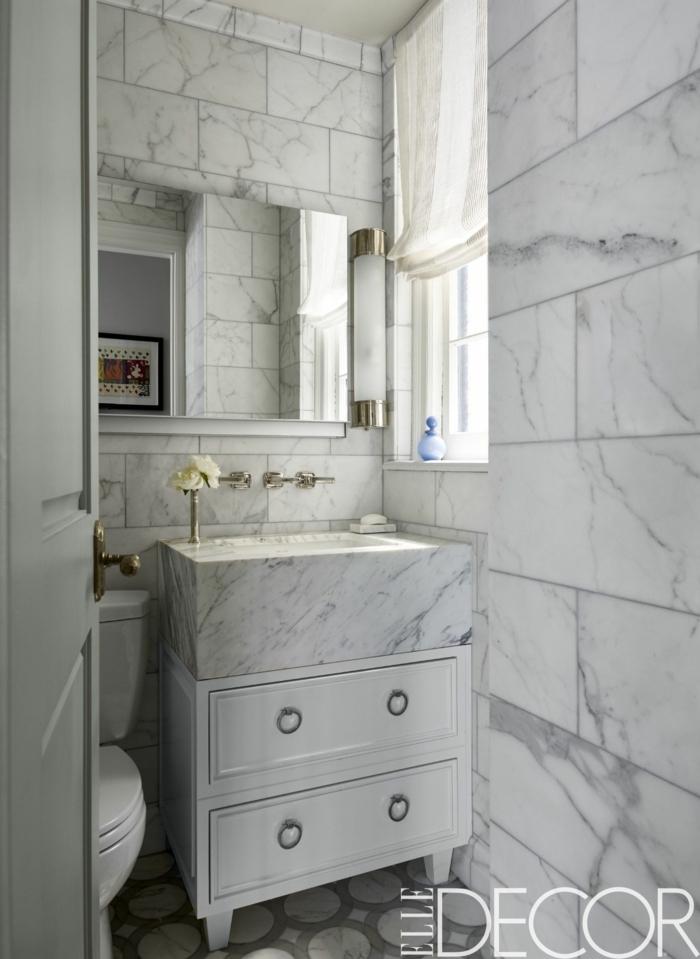 aseos pequeños de mármol con baldosas en blanco y gris, decoración de baños tendencias 2018