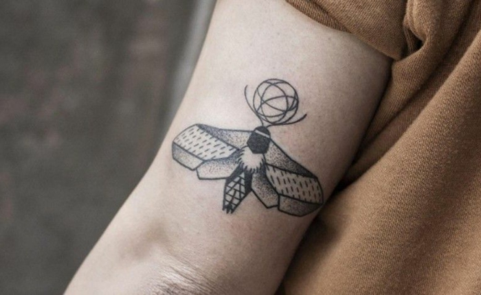 tattoos pequeños geometricos con significado, pequeño insecto tatuado en el brazo, tattoos geometricos para hombres y mujeres