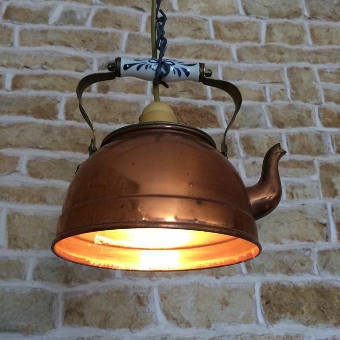 decoracion de jardines rústicos, caldera vieja que está adaptada para lámpra colgada del techo