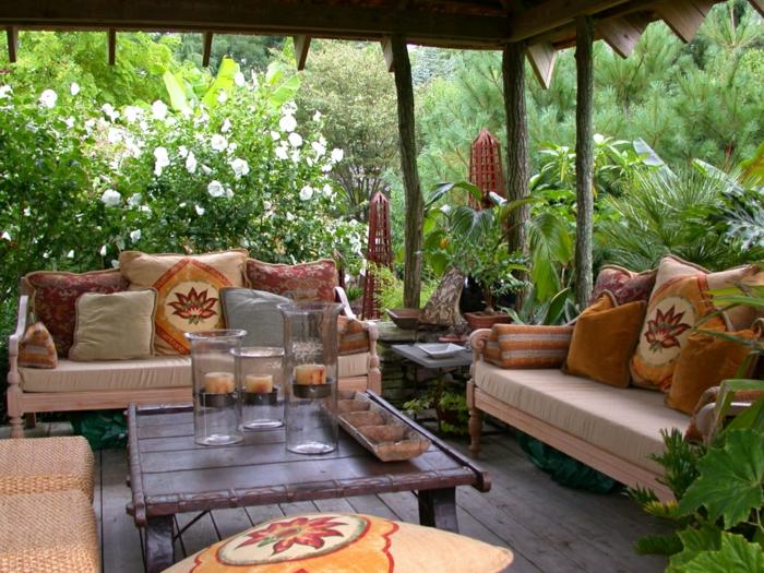 decoracion de jardines pequeños, pérgola de madera con muebles de encanto en color ocre
