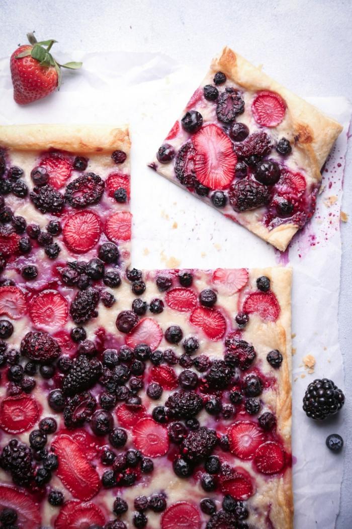 que desayunar antes de correr, pizza salada con frutas frescas, zarzamoras, fresas y arándanos