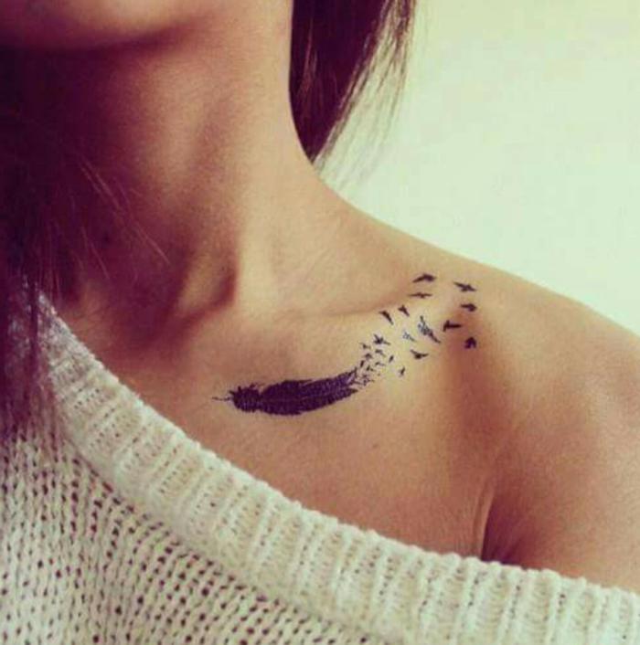 tatuajes familia simbolos, pequeño tatuaje en el hombro, ideas con plumas, dibujo de pluma descomponiéndose en aves