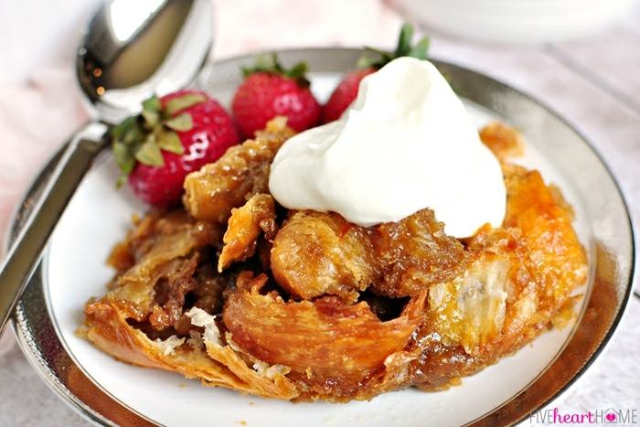 croissant con caramelo al horno decorado con nata y fresas, postres faciles y rapidos sin hornopostres faciles sin horno