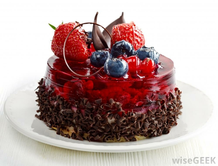 recetas de postres faciles y rapidos, tarta de gelaina de fresas con arándanos y frutos de fresa con chocolate