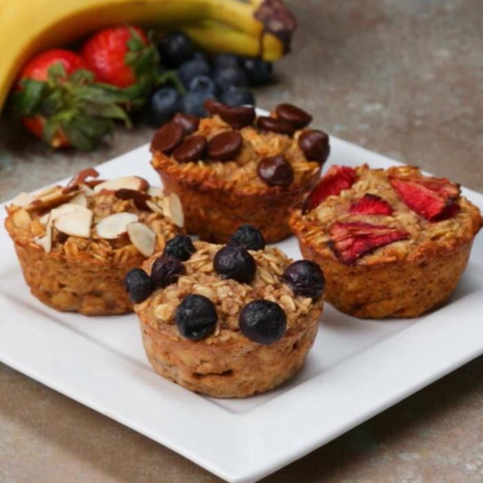 recetas de postres faciles y rapidos, magdalenas de cereales y harina integral con arandanos, fresas y chocolate
