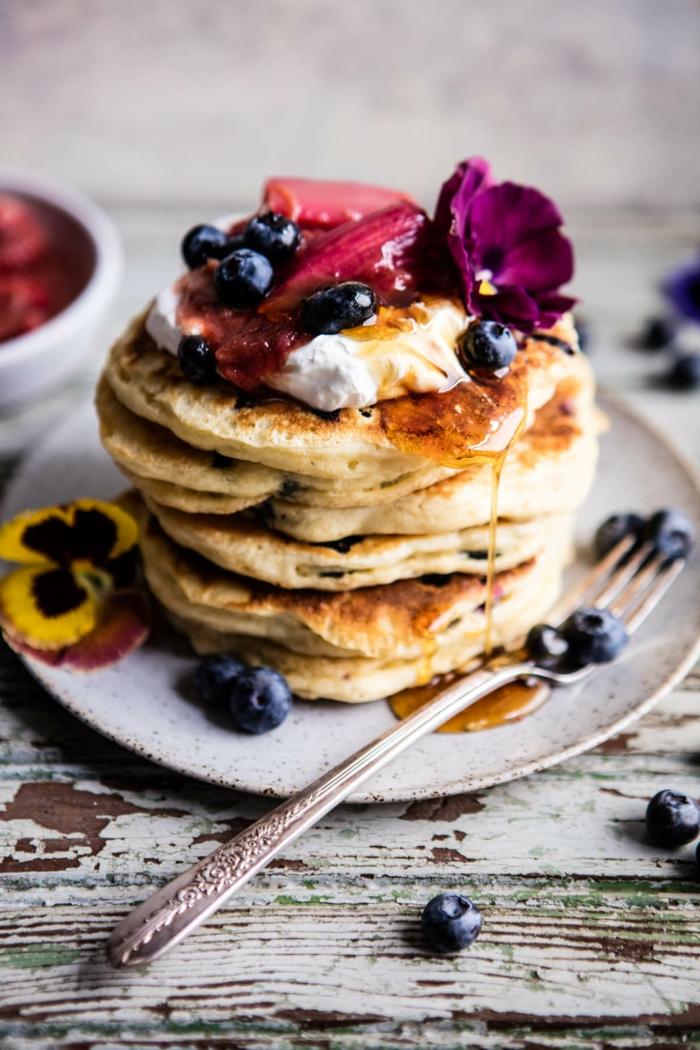 recetas de postres faciles y rapidos, tortitas con miel, arándanos, nata y decorados con flores